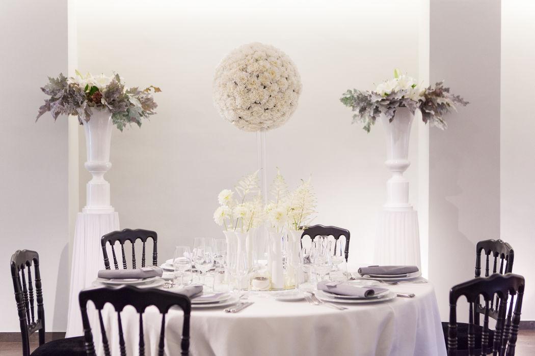 Puesta en escena de la mesa presidencial. Boda en blanco, clasica y elegante. http://lafloreria.net