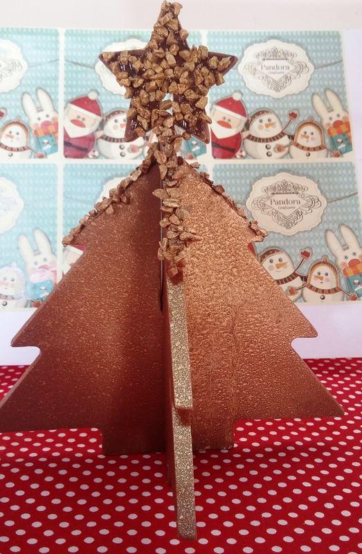 Árvore de Natal de chocolate belga decorada  Chocolate meio amargo e flor de sal – R$38,00 Chocolate ao leite com ovomaltine – R$38,00