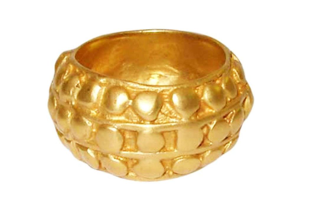 Beispiel: Trauring in Gold mit Noppen, Foto: Casa Amberes.