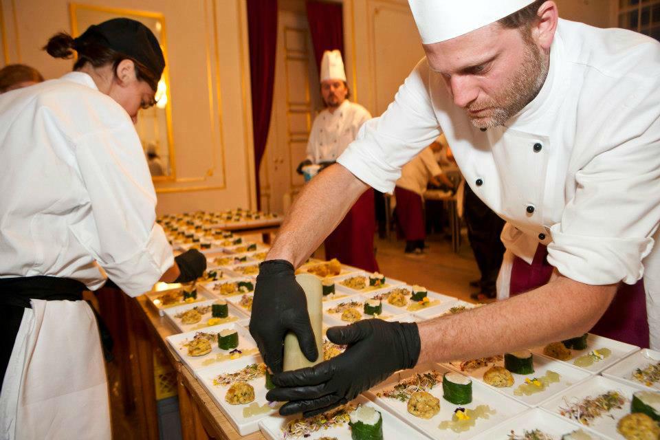 Beispiel: Die Köche bei der Arbeit, Foto: Tip Top Table Catering.