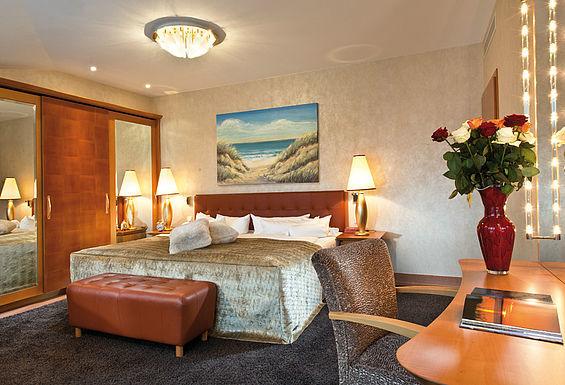 Beispiel: Schlafzimmer in der Penthouse-Suite, Foto: Travel Charme Strandhotel Bansin.