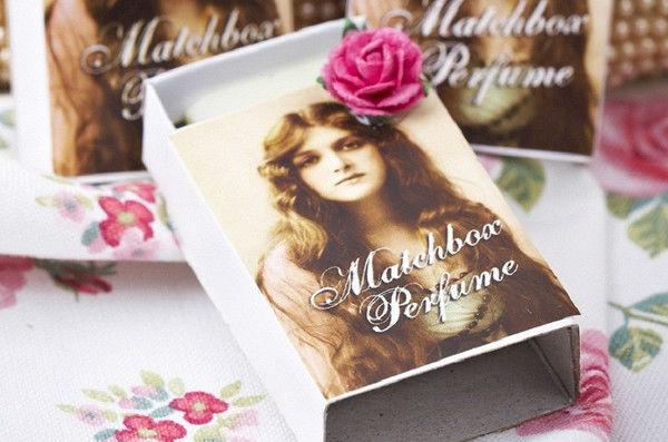 Perfume sólido dentro de una caja que imita las antiguas cajas de cerillas. Imagen de actriz británica de la época Eduardina. Dos aromas y dos imágenes a elegir. Etiquetado personalizable.