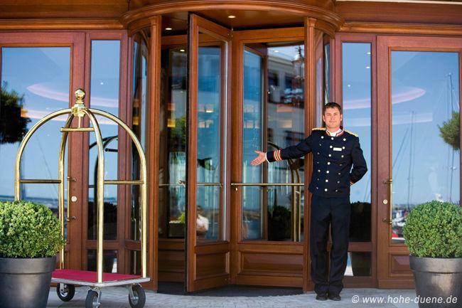 Beispiel: Hoteleingang, Foto: www.hohe-duene.de.