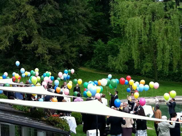 Beispiel: Hochzeitsgesellschaft mit Luftballons, Foto: Schloss Münchenwiler.