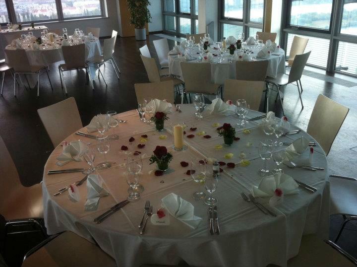 Beispiel: Der Tisch ist gedeckt, Foto: Bar and more Eventcatering.