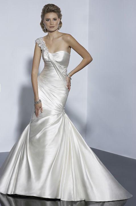 Beispiel: Elegante Hochzeitskleider, Foto: Hänsel & Gretel.