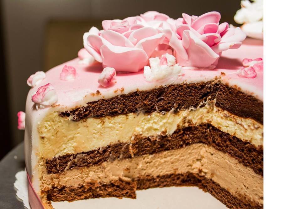 Die Schokoladentorte kommt mit einem luftigen Schokoladenbisquit. Gefüllt mit feinster Mascarponerahm- Couverturecreme.