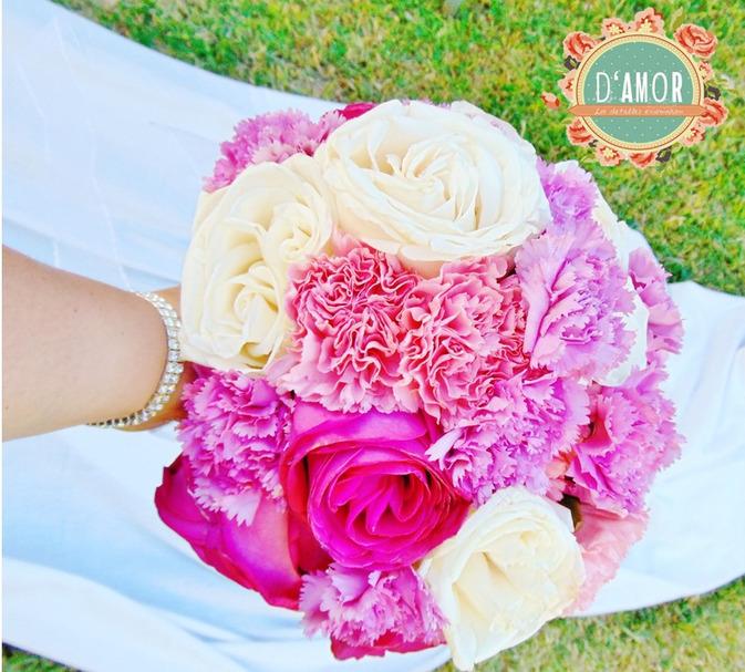 Ramo de rosas blancas y fucsias, con claveles en color lila y rosados.