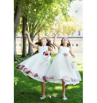 Pajecitas con vestidos blancos con flores