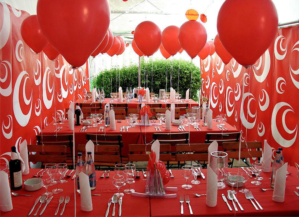 Beispiel: Mobiliar und Geschirr für Ihre Feier, Foto: Stiftl Catering und Events.