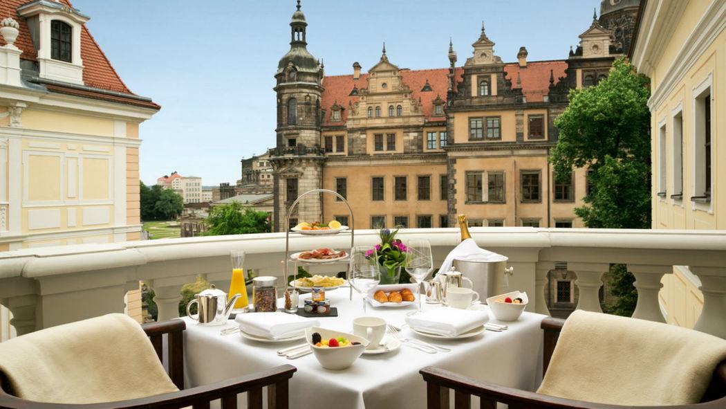 Beispiel: Früstück auf der Terasse, Foto: Hotel Taschenbergpalais Kempinski.