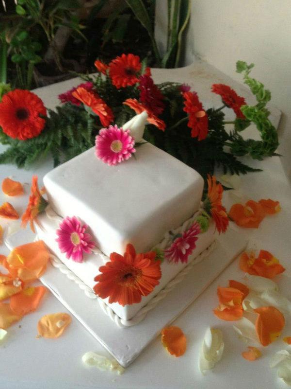 decoracion con mini gerberas para pastel