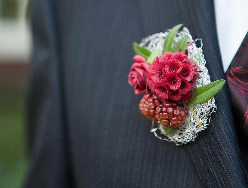 Beispiel: Anstecker für den Bräutigam, Foto: Blumenhaus Reimann.
