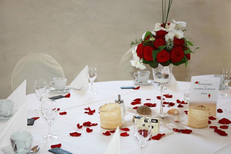 Beispiel: Blumendeko für den Tisch, Foto: Blumen Eppinger.