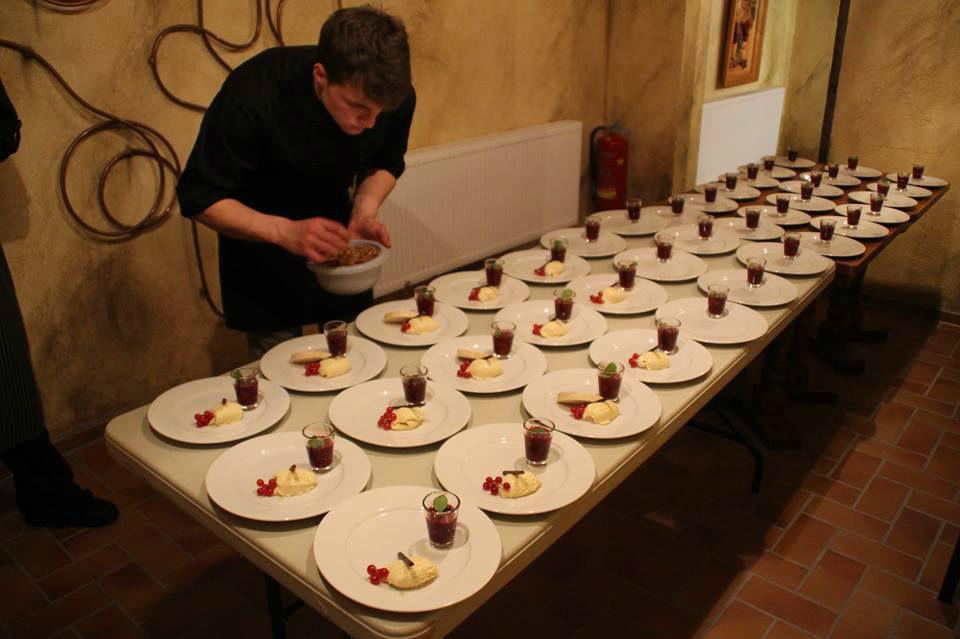 Beispiel: Zubereitung der Speisen, Foto: Schloßkrug Gundorf.