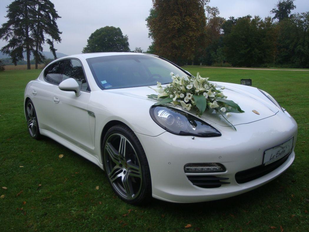 Composition sur voiture des mariés