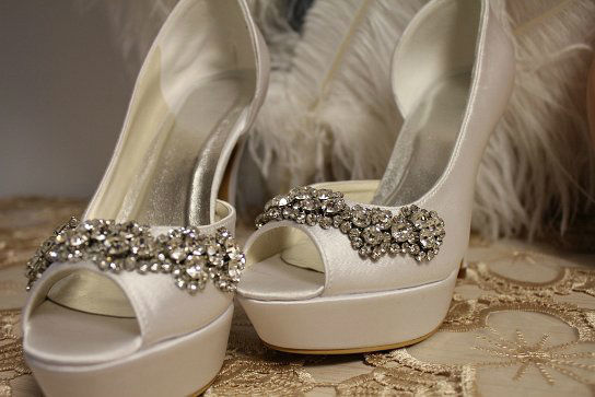 Beispiel: Exklusive Brautschuhe, Foto: White Silhouette.