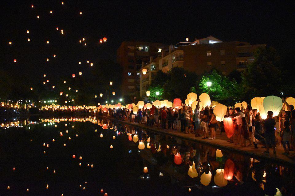 Dale color al cielo de tu evento liberando Globos Sky Lanterns Premium y dejate atrapar por un espectáculo lleno de mágia.
