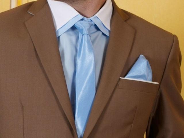 Beispiel: Krawatte hellblau mit passendem Tuch, Foto: meinhochzeitsanzug.ch.