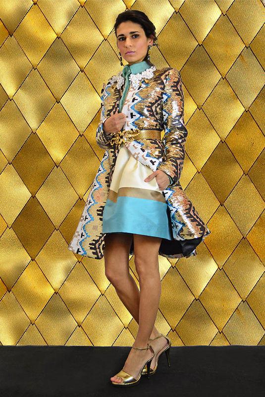 Conjunto Fiesta en seda y abrigo joya con aplicaciones florales en cuello.