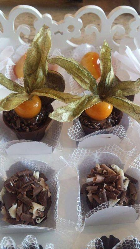 Copinhos de chocolate recheados co brigadeiro de chocolate e enfeitado com Physalis. Brigadeiros gourmet.