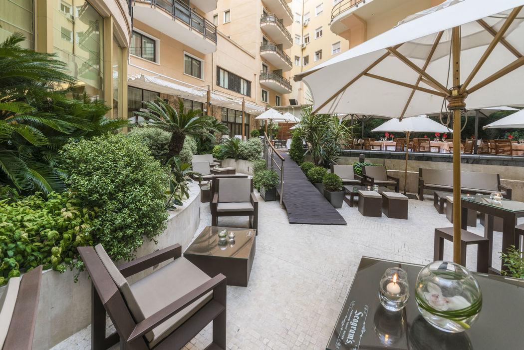 Terraza Jardín, rodeada de vegetación y fuentes. Ideal para cócteles de bienvenida.