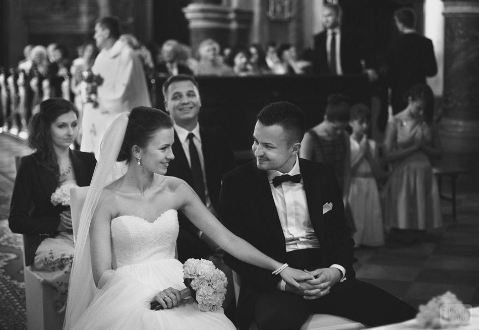 Państwo Młodzi podczas ceremonii ślubnej