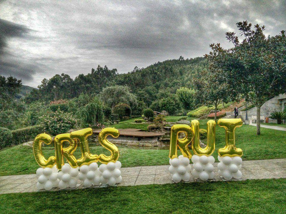 Balão em letras com o nome dos noivos