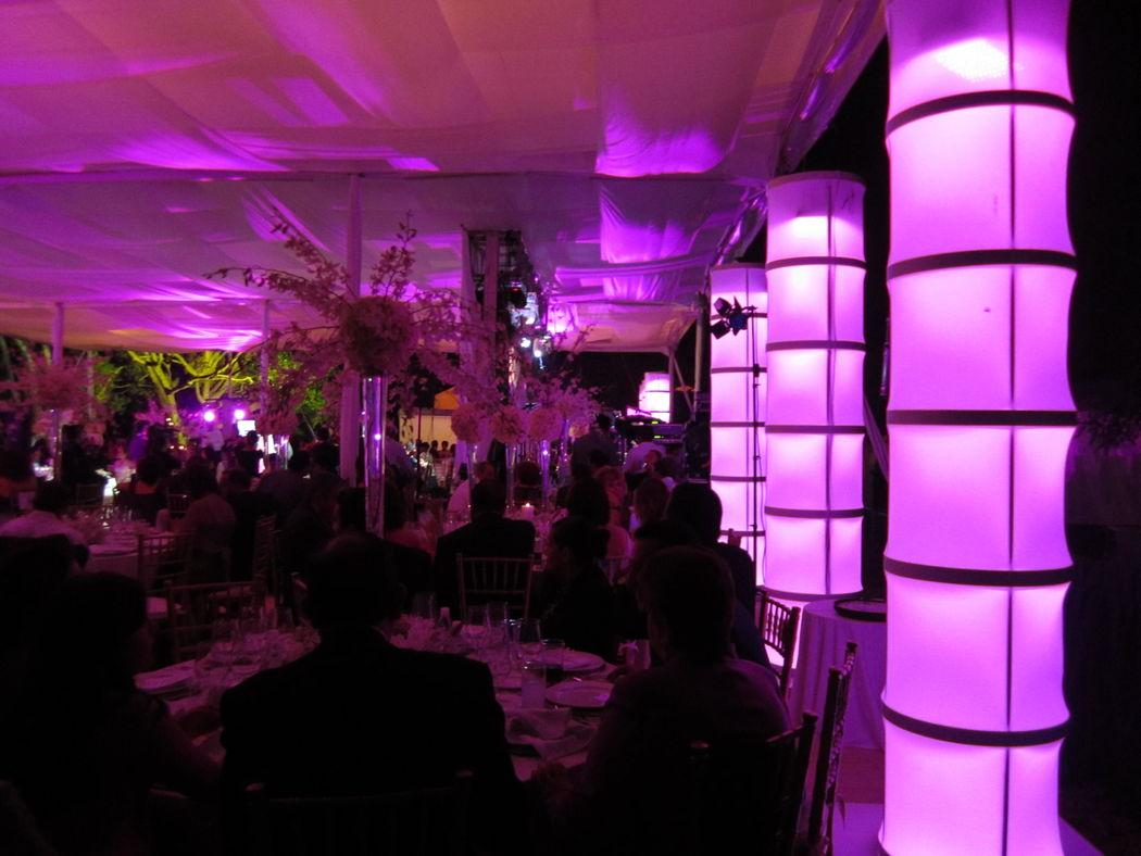 Iluminación arquitectónica y columnas iluminadas