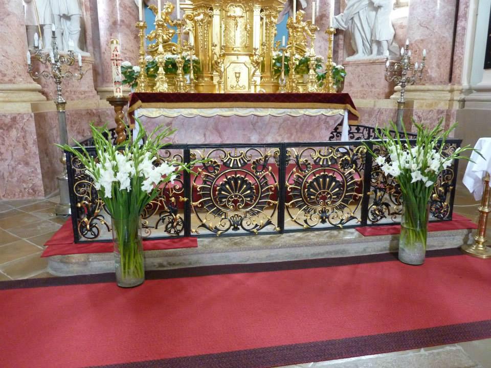 Beispiel: Altarschmuck, Foto: Blumenstube Rath.