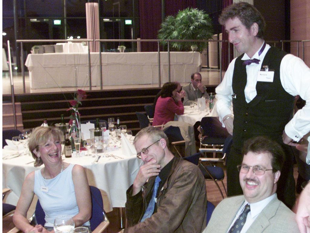 Der Hochzeitskünstler als... zaubernder Comedy-Kellner Top-Stimmung - viel zu Lachen & Staunen  direkt am Tisch der Hochzeitsgäste