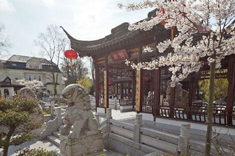 Beispiel: Außenansicht - steinerner Löwe, Foto: Chinesisches Teehaus Yu Garden.
