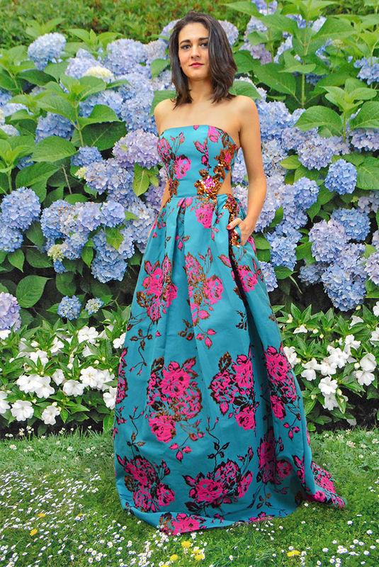 Vestido cut out con print floral de colores intensos con detalle de pedrería en laterales.
