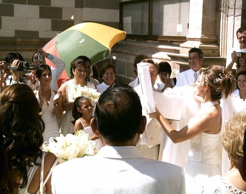 Boda en Mazatlán con mariposas blancas.