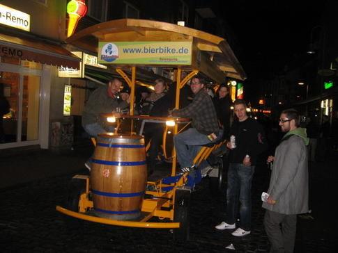 Beispiel: Bierausschank auf dem Gruppenfahrrad, Foto: BierBike Aachen.