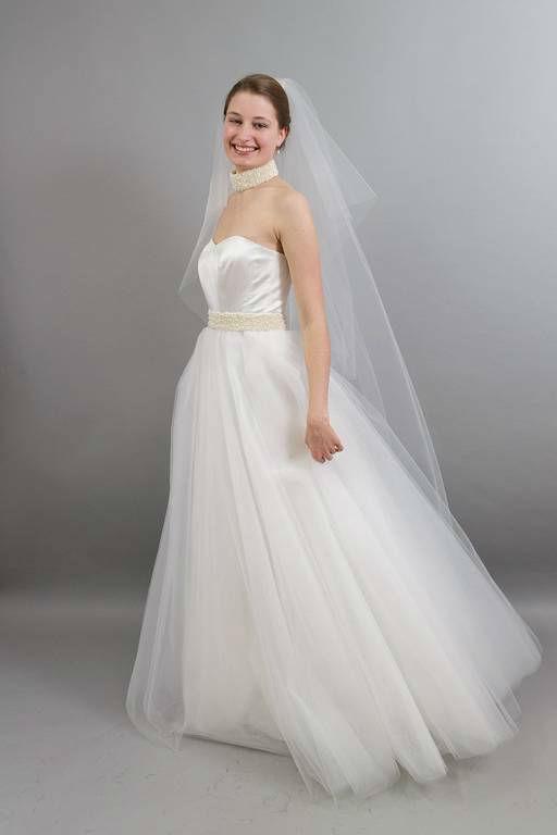 Beispiel: Brautmode, Foto: Silber und Seide Brautmode.