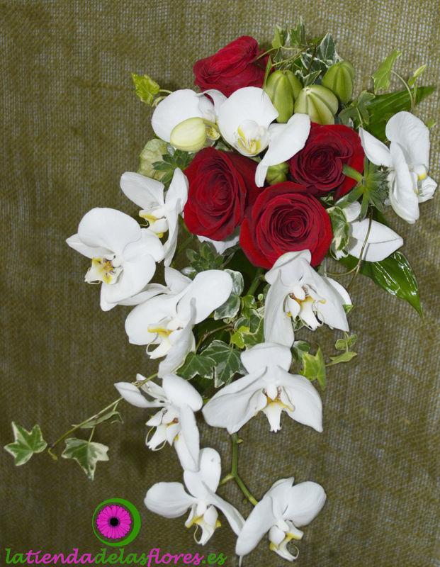 Ramo de novia con rosas y orquideas.
