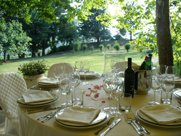 Tenuta Il Pilaccio nel Cilento - tavola imbandita con giardino sullo sfondo