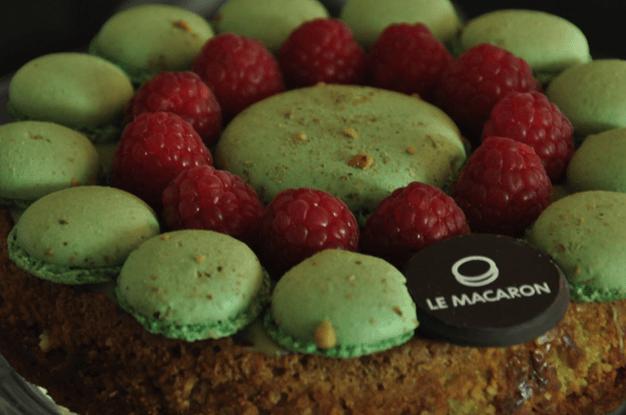 Pastel hecho con macarons y frutas de temporada - Foto Le Macaron Boutique
