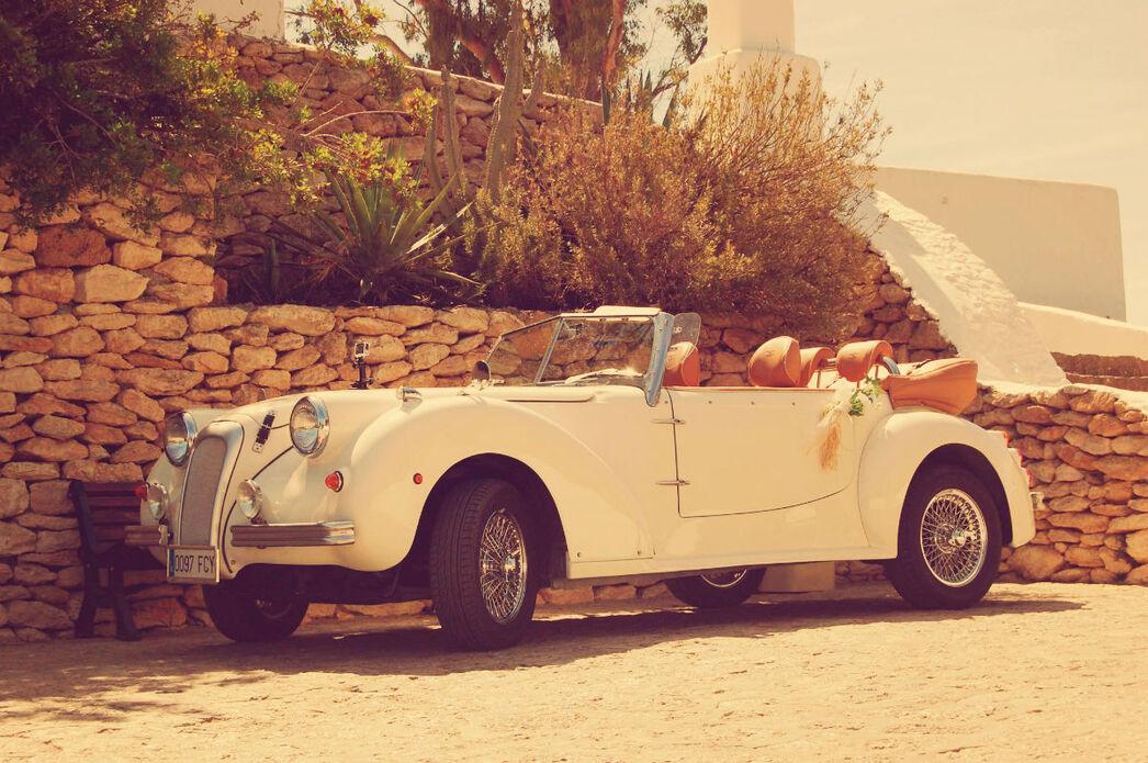 El coche espera a la salida de los novios.