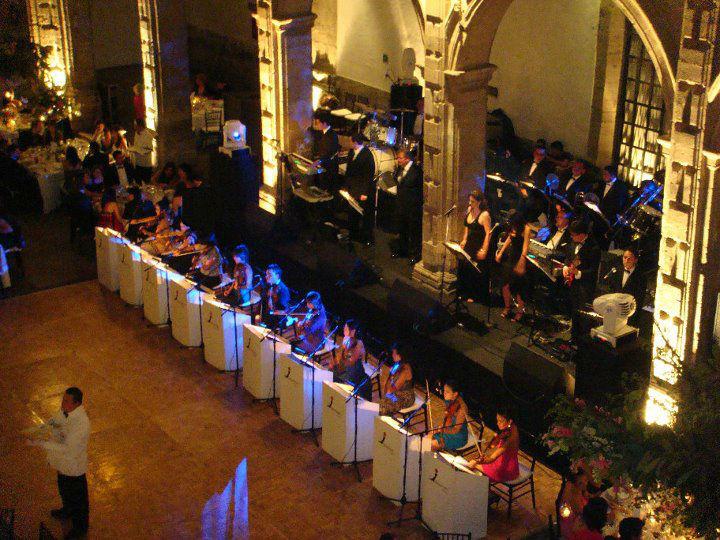 Los Internacionales con 10 violines adicionales tocando un repertorio muy selecto para la hora del banquete