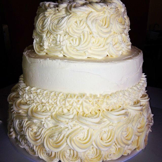 Torta de novia con glaseado blanco de rosas