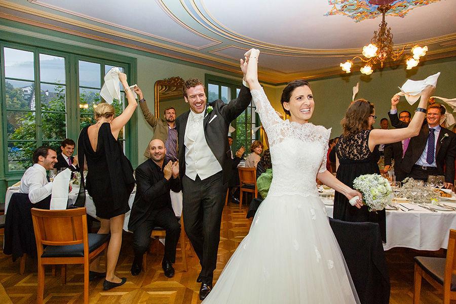 Beispiel: Brautpaar wird gefeiert, Einzug in den Saal, Foto: Sandra Stamm Fotografie.