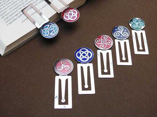 Marcapáginas de metal y esmalte con motivos variados