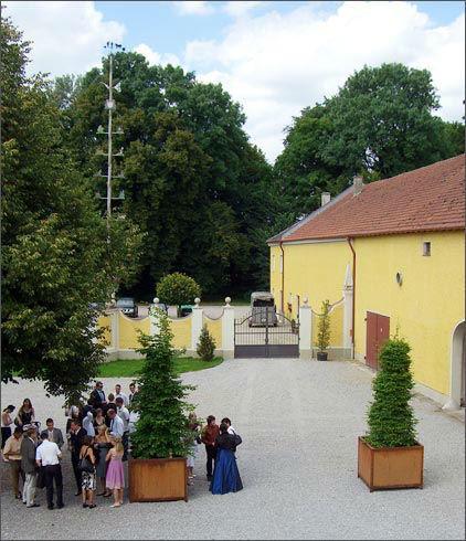 Beispiel: Hochzeitsgesellschaft, Foto: Gut Schwabhof.