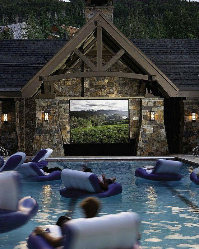 Au beau milieu d'une piscine regarder votre film avec votre bande de copains.