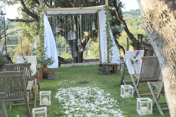 Ceremónia de jardín con una entrada de pétalos blancos.  http://lafloreria.net