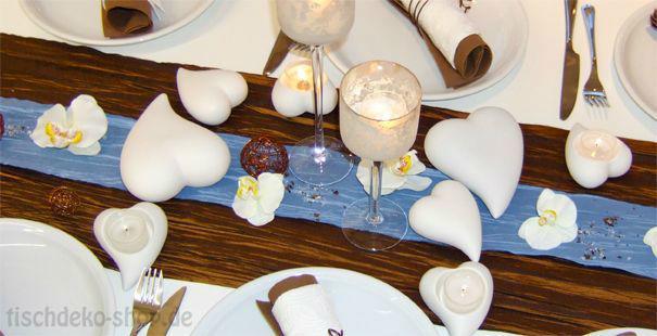 Beispiel: Elegante Tischdekoration zur Hochzeit in Braun mit Blau, Foto: Tischdeko-Shop.de.