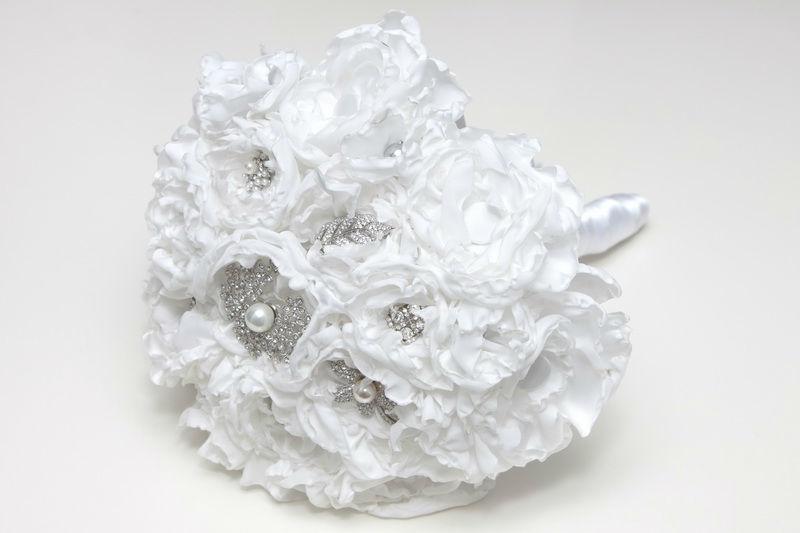 Ramo de novia de tela y broches