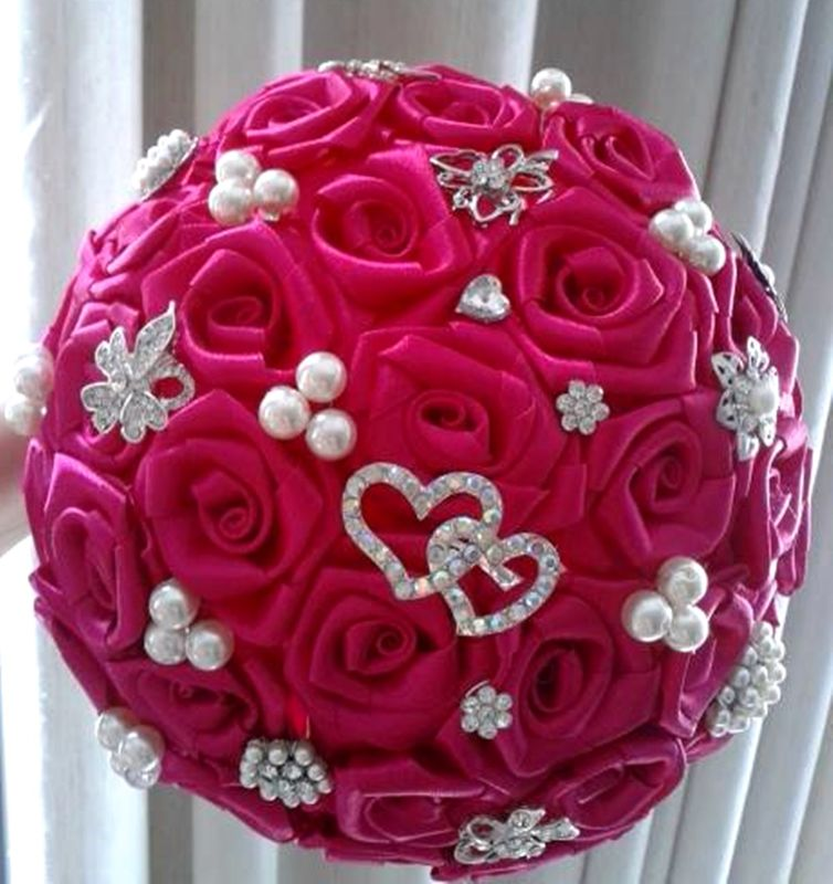 Buquê rosas cetim e broches na cor pink